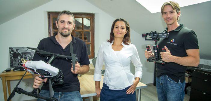 De gauche à droite : Cédric (cadreur spécialisé dans les vues aériennes par drones), Audrey (reporter) et Baptiste (chef de projets).