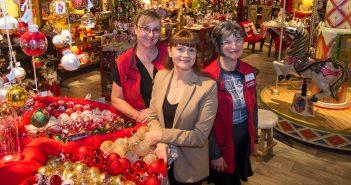 De gauche à droite : Patricia, Corinne et Mireille, maîtres d'œuvre de l'espace Noël.