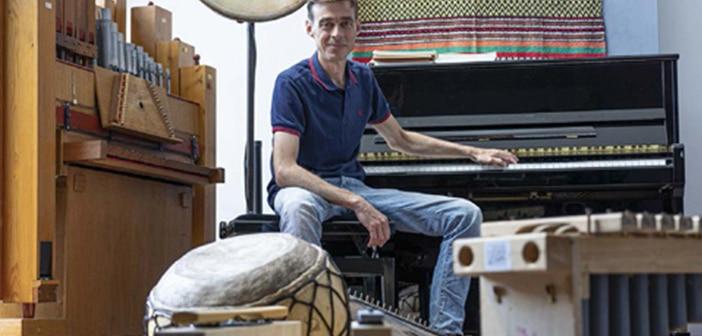 enseignement musical centré sur le jeu et l'intuition, relaxation et des massages sonores.